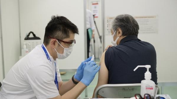 일본 도쿄의 한 대규모 접종센터에서 코로나19 백신 예방접종을 하고 있다. ⓒAP/뉴시스