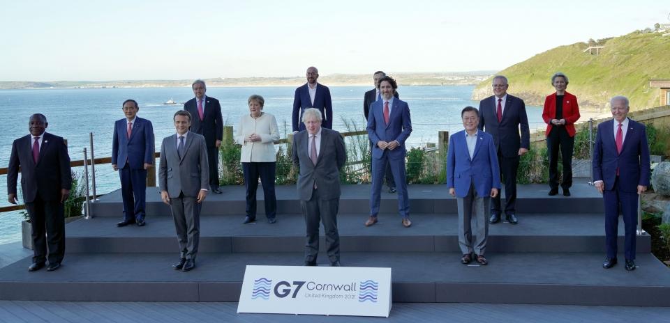 문재인 대통령이 12일(현지시간) 영국 콘월 카비스베이 양자회담장 앞에서 G7 정상회의에 참석한 정상들과 기념촬영을 하고 있다. 앞줄 왼쪽부터 남아공 시릴 라마포사 대통령, 프랑스 에마뉘엘 마크롱 대통령, 영국 보리스 존슨 총리 , 문재인 대통령, 미국 조 바이든 미국 대통령. 두번째 줄 왼쪽부터 일본 스가 요시히데 총리, 독일 앙겔라 메르켈 총리, 캐나다 쥐스탱 트뤼도 총리, 호주 스콧 모리슨 총리. 세번째 줄 왼쪽부터 UN 안토니우 구테흐스 사무총장, 샤를 미셸 EU 정상회의 상임의장, 이탈리아 마리오 드라기 총리, 우르줄라 폰데어라이엔 EU 집행위원장. ⓒ뉴시스