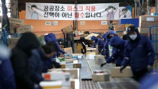 28일 서울 시내의 한 물류센터에서 택배 노동자들이 분류작업을 하고 있다. ⓒ뉴시스