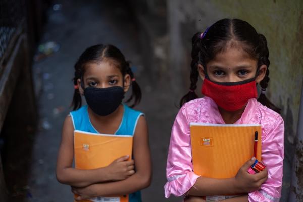 유네스코, 말랄라 펀드 등에 따르면 코로나19 대유행으로 인한 학교 폐쇄, 봉쇄 조처 등으로 인해 학교에 못 가는 소녀들은 최소 1100만~2000만 명에 달한다. 사진은 월드비전 구호활동가들이 인도에서 학교에 가지 못하는 아이들을 위해 마을마다 교육을 진행하는 모습.  ⓒ월드비전
