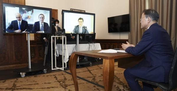오스트리아를 국빈 방문 중인 문재인 대통령이 15일(현지시간) 오스트리아 비엔나 한 호텔에서 프란츠 베르나 하스 큐어백 최고경영자(CEO)와 화상면담을 하고 있다. ⓒ뉴시스·여성신문