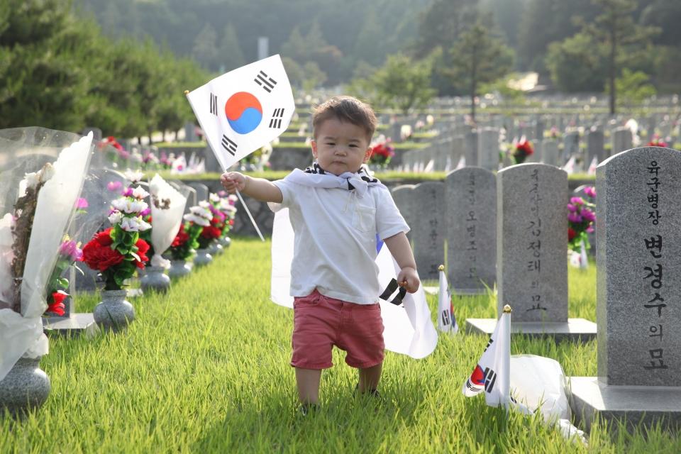 '호국보훈의 달 기억해주세요' 6월 호국보훈의 달 맞은 15일 서울 동작구 국립서울현충원에서 이재호 어린이가 태극기를 펄럭이고 있다. ⓒ홍수형 기자