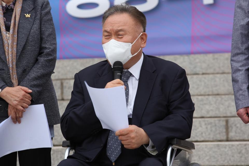 31일 서울 여의도 국회의사당 본청 앞 계단에서 차별금지법제정연대가 '평등의 약속, 차별금지법 바로 지금' 기자회견을 열고 이상민 더불어민주당 의원은 발언을 하고 있다. ⓒ홍수형 기자