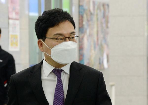 이상직 의원이 4월27일 구속 전 피의자 심문(영장실질심사)을 받기 위해 전북 전주시 전주지방법원으로 들어서고 있는 모습. ⓒ뉴시스·여성신문
