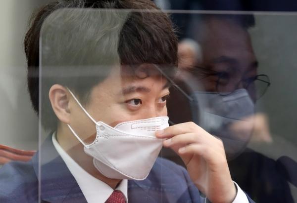 이준석 국민의힘 대표가 17일 서울 여의도 국회에 자리한 모습