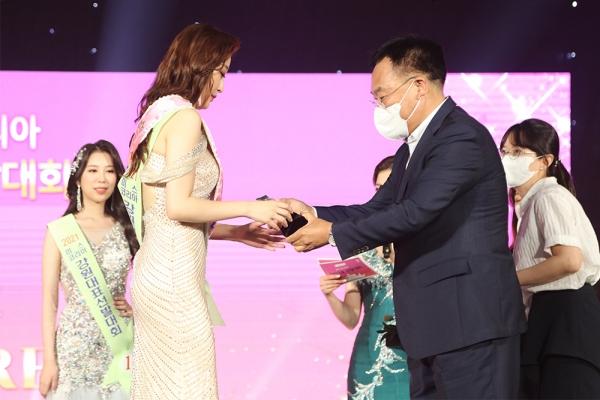 김진하 양양군수가 '미스 양양'으로 선발된 지원자에게 트로피를 건네고 있다. ⓒ양양군청
