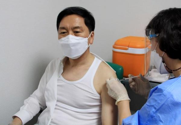 김기현 국민의힘 원내대표가 17일 오후 서울 영등포구 소재 한 병원에서 코로나19 아스트라제네카(AZ)백신을 접종받고 있다. (사진= 김기현 의원실
