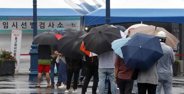 0시 기준 국내 코로나19 신규확진자가 507명 발생한 18일 서울 중구 서울역 광장 코로나19 임시선별검사소에서 검사를 받으려는 시민들이 줄서 있다. ⓒ여성신문•뉴시스