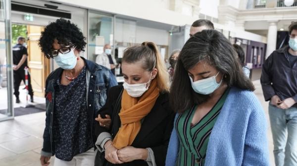 자신을 평생 학대한 의붓아버지이자 남편을 살해한 발레리 바코트(가운데)가 법원에 도착하고 있다. ⓒAP/뉴시스