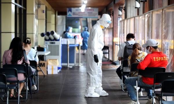 30일 오후 서울 송파구보건소에 설치된 코로나19 선별진료소에서 시민들이 검사를 받기 위해 대기하고 있다.