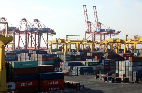 인천 연수구 인천신항한진컨테이너터미널에서 화물 선적 및 하역 작업이 진행되고 있다. ⓒ뉴시스
