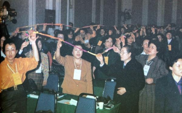 1991년 11월 열린 아세아여성 서울토론회 '평화통일 댕기' 퍼포먼스 ⓒ여성신문