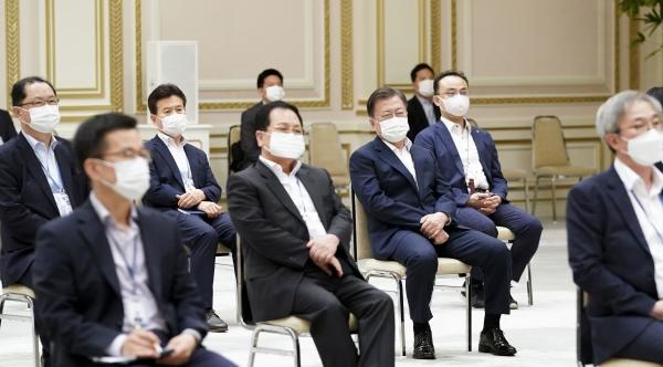 문재인 대통령이 6일 청와대 영빈관에서 직원들과 함께 성희롱·성폭력 예방교육을 받고 있다. ⓒ청와대