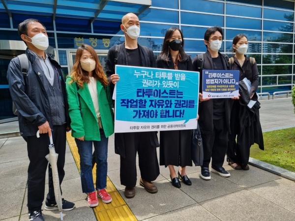 5월 28일 의료법 위반 혐의로 재판을 받으러 온 김도윤(41) 타투유니온 지회장이 서울북부지법 앞에서 취재진들과 만나고 있다. ⓒ뉴시스·여성신문