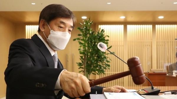 이주열 한국은행 총재가 한국은행에서 열린 금융통화위원회 본회의에서 의사봉을 두드리고 있다. ⓒ한국은행