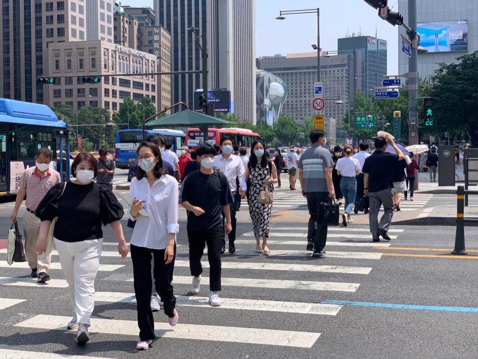 22일 오후 서울 종로구 세종대로사거리에서 시민들은 더위를 피하기 위해 발걸음을 옮기는 중이다. ⓒ홍수형 기자