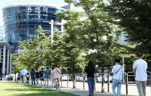 16일 오전 서울 용산구 용산역 전면광장에 설치된 코로나19 임시선별진료소에서 시민들이 검사를 받기 위해 대기하고 있다. ⓒ뉴시스·여성신문