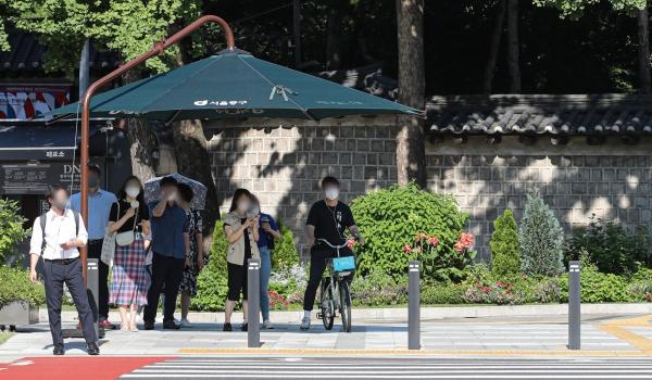 서울 중구 시청역 인근에서 시민들이 그늘막 아래서 더위를 피해 신호를 기다리고 있다. ⓒ뉴시스