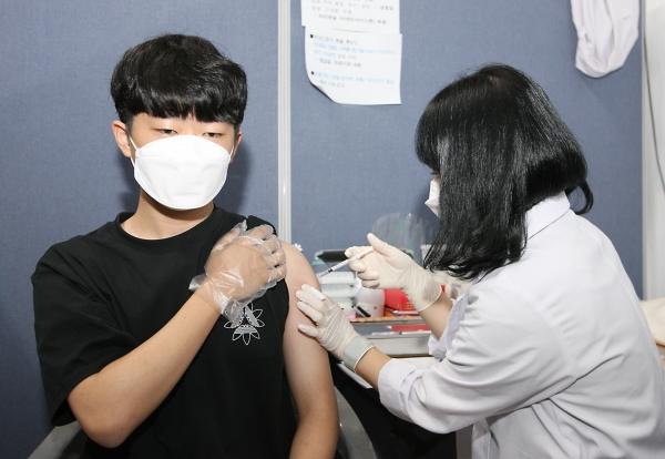 고3 학생과 교직원에 대한 코로나19 백신 접종이 시작된 19일 오전 청주시 상당구청에 마련된 백신접종센터에서 고3 학생이 백신을 맞고 있다.