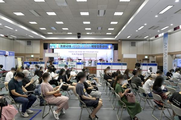 19일 서울 서대문구청 6층 대강당에 새롭게 문을 연 '코로나19 서대문구 제2호 예방접종센터'에서 백신 접종이 이뤄지고 있다.