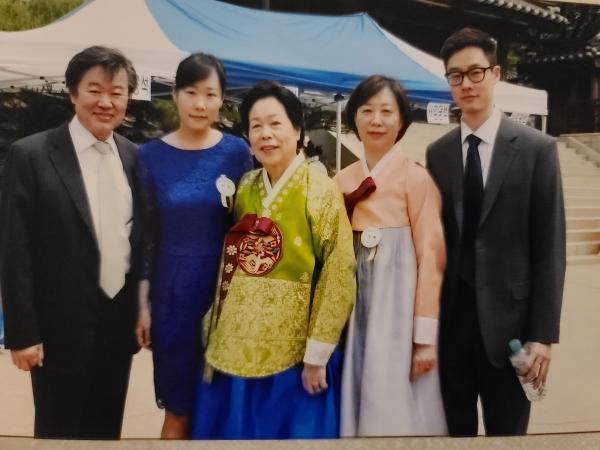 조효경 ㈜승효 대표이사와 어머니. 본인제공