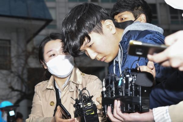 '부따' 강훈(19)이 17일 검찰 송치 전 종로경찰서 앞에서 언론에 섰다. 전날 신상공개가 결정된 후 처음이다. 뉴시스.여성신문