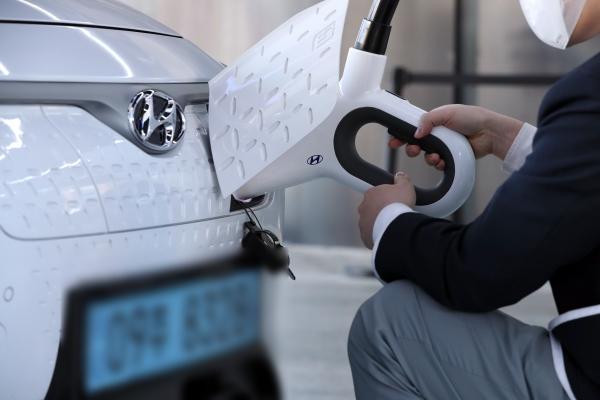 삼성전자, 포스코 등 국내 다수 기업에서 2030년까지 회사 차량을 모두 미래차로 바꾼다. 사진은 전기차를 충전하고 있는 모습. 사진은 기사와 무관. ⓒ뉴시스·여성신문<br>