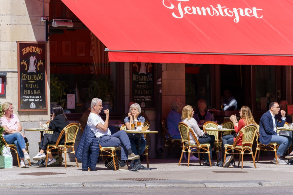 지난 6월 1일(현지시간) 스웨덴 스톡홀름의 한 식당 야외 식탁에 손님들이 모여 앉아 있다. 스웨덴은 이날부터 코로나19 확산 방지를 위해 내렸던 규제를 단계적으로 완화하기 시작해 식당 영업시간이 길어졌다. ⓒ신화/뉴시스