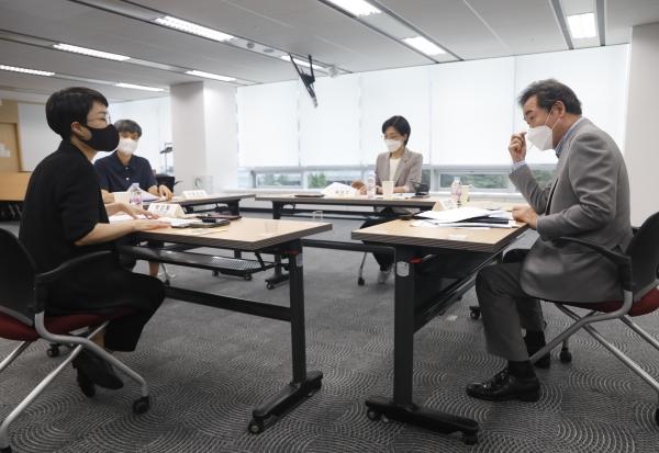 이낙연 더불어민주당 전 대표가 19일 서울 한국여성인권진흥원 디지털 성범죄피해자 지원센터를 찾아 관계자들과 간담회를 하고 있다. ⓒ뉴시스·여성신문