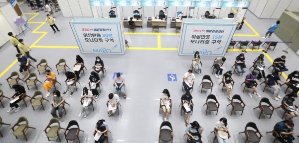 21일 오후 서울 마포아트센터에 마련된 코로나19 예방접종센터에서 코로나19 백신 접종 받은 고3 수험생들이 이상반응관찰실에서 대기하고 있다.