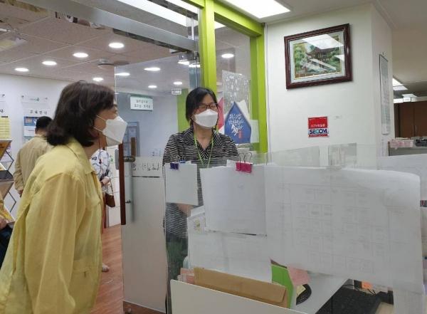 김경선 여성가족부 차관이 22일(목) 오후, 지난해 직업훈련서비스 이용자의 66%가 취업에 성공한 서대문 새일센터를 방문해 코로나 방역조치 상황을 살펴보고 취업상담사를 격려하고 있다.  ⓒ여성가족부