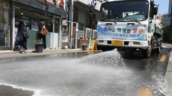 서울 중구 광희동사거리 인근에서 구청 관계자들이 살수차를 동원해 달아오른 지면을 식히고 있다. ⓒ뉴시스