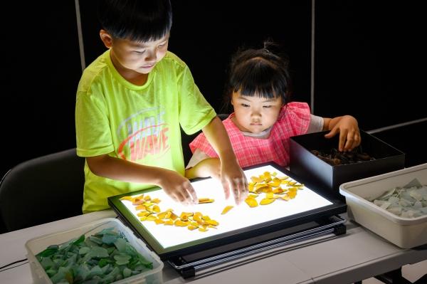 김경균 한국예술종합학교 미술원 디자인과 교수는 동해안에서 수집한 유리병 조각으로 예술 작품을 만들고 있다. 사진은 2020년 9월 아이들과 함께 진행한 워크숍 장면. ⓒ여성신문