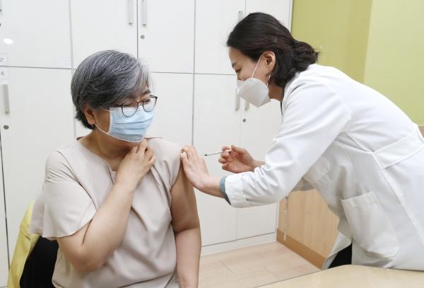 정은경 질병관리청장이 1일 오전 충북 청주 흥덕보건소에서 코로나19 백신을 접종받고 있다. ⓒ뉴시스·여성신문