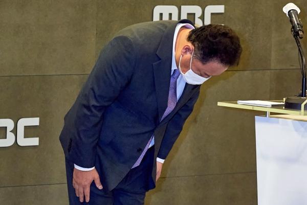 박성제 MBC 사장이 26일 오후 서울 마포구 상암동 MBC 경영센터에서 올림픽 방송사고에 대한 사과 기자회견을 하며 고개 숙여 인사하고 있다.  ⓒMBC