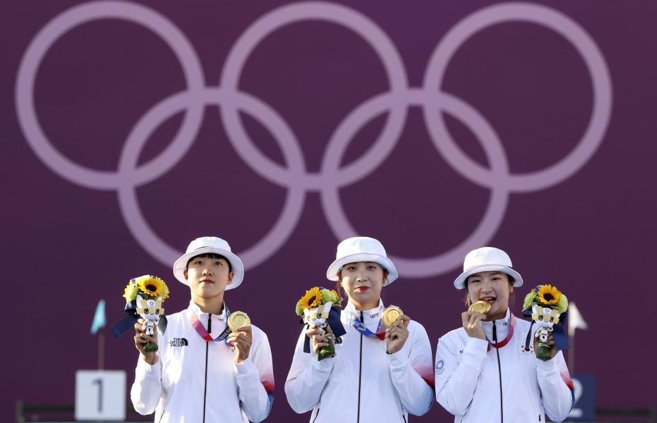 한국 양궁 여자 대표팀 안산, 장민희, 강채영 선수가 25일 일본 도쿄 유메노시마 양궁장에서 열린 2020 도쿄올림픽 양궁 여자단체전 시상식에서 금메달을 목에 걸고 포즈를 취하고 있다. ⓒ뉴시스