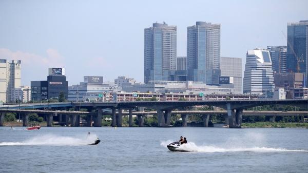 서울 여의도한강공원 마포대교 아래에서 수상스키어들이 제트스키를 타고 물살을 가르고 있다. ⓒ뉴시스