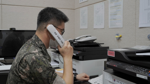 남북 통신 연락선이 복원된 27일 군 장병이 서해지구 군 통신선 시험통신을 하고 있다. ⓒ국방부