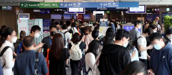 7일 인천국제공항 제1여객터미널 검역소에 백신접종후 독일 프랑크푸르트에서 도착한 교민, 유학생, 외국인등이 줄지어 대기하고 있다. 이날 인천국제공항에는 환승객을 포함한 9,800여 명의 승객이 입국했다.
