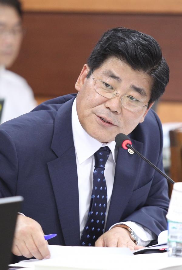 2014년 10월 20일 한국마사회 제주경마공원에서 열린 국회 농림축산식품해양수산위원회의 한국마사회에 대한 국정감사에서 이이재 당시 새누리당 의원이 질의를 하고 있다.  ⓒ뉴시스여성신문
