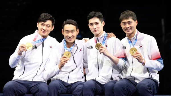 대한민국 펜싱 남자대표팀 선수들이 도쿄올림픽 펜싱 남자 사브르 단체전 메달 시상식에서 메달 세리머니를 하고 있다. ⓒ뉴시스