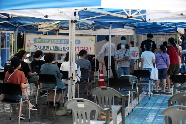29일 서울 은평구보건소에 설치된 선별진료소에서 시민들이 검사를 받기 위해 대기하고 있다.