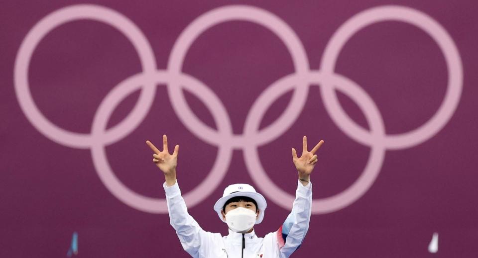 대한민국 양궁 대표팀 안산 선수가 30일 일본 도쿄 유메노시마 양궁장에서 열린 2020 도쿄올림픽 양궁 여자 개인 결승에서 우승하며 시상대에 오른 뒤 손가락 세개를 펴보이고 있다. ⓒ뉴시스