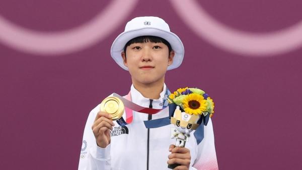 대한민국 양궁 대표팀 안산이 2020 도쿄올림픽 양궁 여자 개인전 시상식에서 금메달을 들어보이고 있다. ⓒ뉴시스
