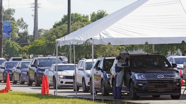 미국 플로리다주 마이애미 데이드 칼리지 노스 캠퍼스의 코로나19 검사소에 차량들이 줄을 서 있다.  ⓒAP/뉴시스