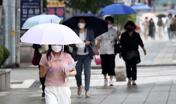 서울 서초구 서울중앙지방법원 인근에서 시민들이 우산을 쓰고 걸어가고 있다. ⓒ뉴시스