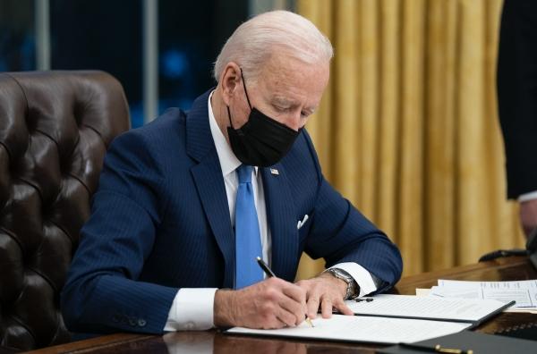 조 바이든 미국 대통령이 지난 2월 2일(현지시간) 백악관 집무실에서 이민에 관한 행정명령에 서명하고 있다. 바이든 대통령은 트럼프 전 대통령의 반이민 정책으로 강제로 헤어졌던 이민 희망자 가족을 재결합하게 하고 이민 정책을 재검토하라는 행정명령에 서명했다. ⓒ뉴시스·여성신문