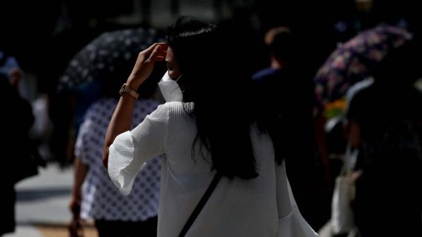 서울 종로구 광화문 광장에서 한 시민이 손으로 햇볕을 가리며 걸어가고 있다. ⓒ뉴시스