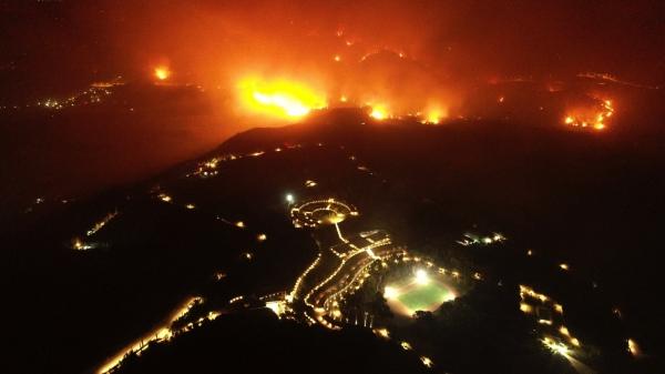 그리스 올림피아 아카데미 부근에서 산불이 번지고 있다. ⓒAP/뉴시스