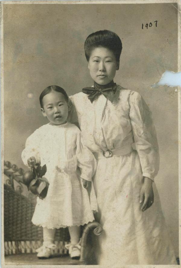 혜련과 큰아들 필립. 아들이 백인에게서 얻어입힌 여자아이 옷을 입고 있다.